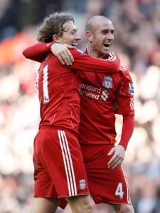 Liverpools Lucas og Raul Meireles har valgt forskjellige løsninger når de skal spille med lange ermer.